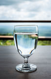 La copa de vino con por completo de agua Fotos de archivo libres de regalías