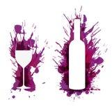 La copa de vino y la botella delante del grunge colorido salpica Imágenes de archivo libres de regalías