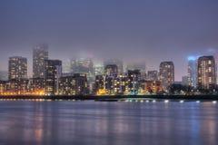 La coperta della nebbia di notte sta coprendo Londra su Fotografie Stock Libere da Diritti
