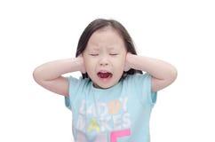 La copertura della bambina le sue orecchie vicino consegna il bianco Fotografie Stock