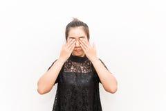 La copertura della donna dell'Asia osserva con le sue mani su fondo bianco Immagini Stock Libere da Diritti