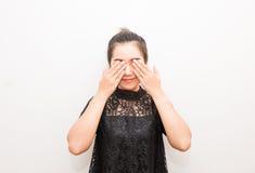 La copertura sorridente della donna dell'Asia osserva con le sue mani Immagine Stock Libera da Diritti