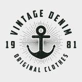 La copie de denim de vintage pour le T-shirt, les vêtements originaux conçoivent avec l'ancre et rayent le rétro logo de style de illustration de vecteur