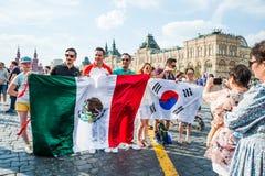 La coppa del Mondo 2018 della FIFA La Corea e fan messicani con le bandiere ed altri turisti fotografati sul quadrato rosso Immagini Stock