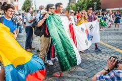 La coppa del Mondo 2018 della FIFA Fan della Corea, di colombiano e del messicano con le bandiere fotografate sul quadrato rosso Fotografia Stock
