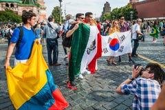 La coppa del Mondo 2018 della FIFA Fan della Corea, di colombiano e del messicano con le bandiere fotografate sul quadrato rosso Immagini Stock