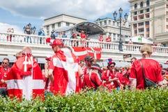 La coppa del Mondo 2018 della FIFA Fan danesi in magliette rosse con le bandiere sul quadrato di Manezhnaya Fotografia Stock Libera da Diritti