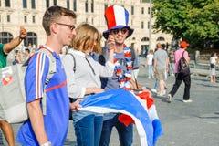 La coppa del Mondo 2018 della FIFA Fan francesi con la bandiera della Francia sul quadrato rosso Immagine Stock