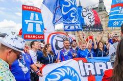 La coppa del Mondo 2018 della FIFA Fan francesi con le bandiere e le insegne sul quadrato rosso Fotografia Stock Libera da Diritti