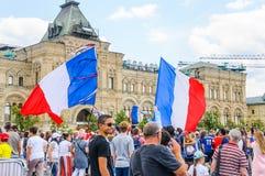 La coppa del Mondo 2018 della FIFA Fan francesi con le bandiere e le insegne sul quadrato rosso Immagini Stock Libere da Diritti