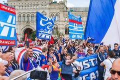 La coppa del Mondo 2018 della FIFA Fan francesi con le bandiere e le insegne sul quadrato rosso Immagine Stock