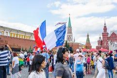 La coppa del Mondo 2018 della FIFA Fan francesi con le bandiere sul quadrato rosso Immagine Stock