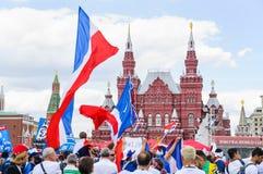 La coppa del Mondo 2018 della FIFA Fan francesi con le bandiere sul quadrato rosso Fotografie Stock