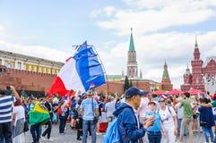 La coppa del Mondo 2018 della FIFA Fan francesi con le bandiere sul quadrato rosso Fotografia Stock Libera da Diritti