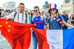 La coppa del Mondo 2018 della FIFA Fan francesi e cinesi con le bandiere sul quadrato rosso Fotografia Stock Libera da Diritti
