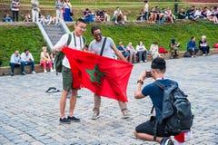 La coppa del Mondo 2018 della FIFA Fan francesi e cinesi con le bandiere sul quadrato rosso Immagine Stock Libera da Diritti