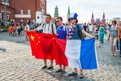 La coppa del Mondo 2018 della FIFA Fan francesi e cinesi con le bandiere sul quadrato rosso Fotografie Stock Libere da Diritti