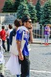 La coppa del Mondo 2018 della FIFA Fan giapponese che parla sul telefono sul quadrato rosso Immagine Stock