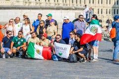 La coppa del Mondo 2018 della FIFA Fan messicani con le bandiere fotografate sul quadrato rosso Immagini Stock Libere da Diritti