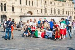 La coppa del Mondo 2018 della FIFA Fan messicani con le bandiere fotografate sul quadrato rosso Immagini Stock