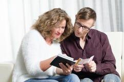 La coppia è vittoria calcolatrice di lotteria immagini stock libere da diritti