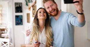 La coppia abbastanza amorosa sta facendo il selfie fotografia stock