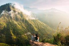 La coppia accoglie l'alba nelle montagne Uomo e donna nelle montagne Viaggio di nozze La coppia viaggia intorno all'Asia fotografia stock libera da diritti