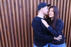 La coppia adorabile che si abbraccia e che si esamina ` s osserva, delicatamente immagine stock libera da diritti