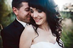 La coppia adorabile passa il tempo nel campo immagine stock