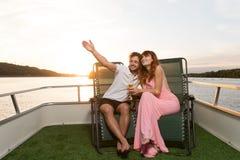 La coppia ammira le belle viste della natura dall'yacht fotografie stock