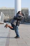 La coppia amorosa cammina nel parco Fotografie Stock