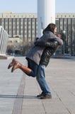 La coppia amorosa cammina nel parco Immagine Stock