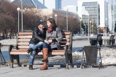 La coppia amorosa cammina nel parco Immagini Stock