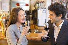 La coppia amorosa prende una bevanda in ristorante immagine stock