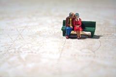 La coppia anziana ricorda le corse fotografie stock