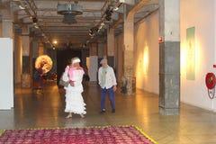 La coppia artistica visita una mostra in Loods 6, l'isola di KNSM, Amsterdam Fotografia Stock