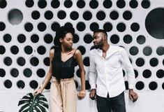 La coppia attraente nella corrispondenza copre sorridere alla macchina fotografica su bianco fotografia stock libera da diritti