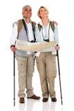 La coppia backpacks la mappa Fotografia Stock