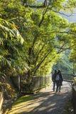 La coppia cammina il modo di punta romantico in Hong Kong, Victoria Fotografia Stock