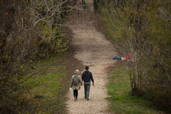 La coppia cammina in parco nazionale Immagine Stock