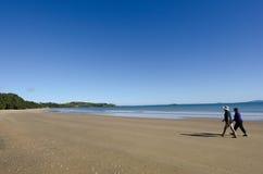 La coppia cammina su una spiaggia Immagini Stock Libere da Diritti