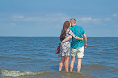 La coppia cammina sulla spiaggia Fotografie Stock Libere da Diritti