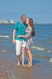 La coppia cammina sulla spiaggia Fotografie Stock