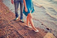 La coppia cammina sulla spiaggia abbandonata Immagini Stock Libere da Diritti