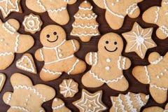 La coppia casalinga del pan di zenzero di Natale, abeti, stars i biscotti sopra fondo di legno Immagini Stock Libere da Diritti