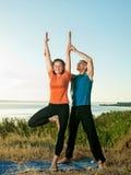 La coppia che fa l'yoga si esercita all'aperto Immagini Stock Libere da Diritti