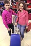 La coppia compra la valigia in negozio Immagini Stock Libere da Diritti