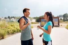 La coppia con la bottiglia dell'acqua dopo avere fatto mette in mostra Immagine Stock Libera da Diritti