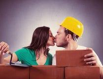 La coppia costruisce una casa Fotografia Stock Libera da Diritti