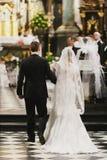 La coppia di nozze va all'altare in chiesa Fotografia Stock Libera da Diritti